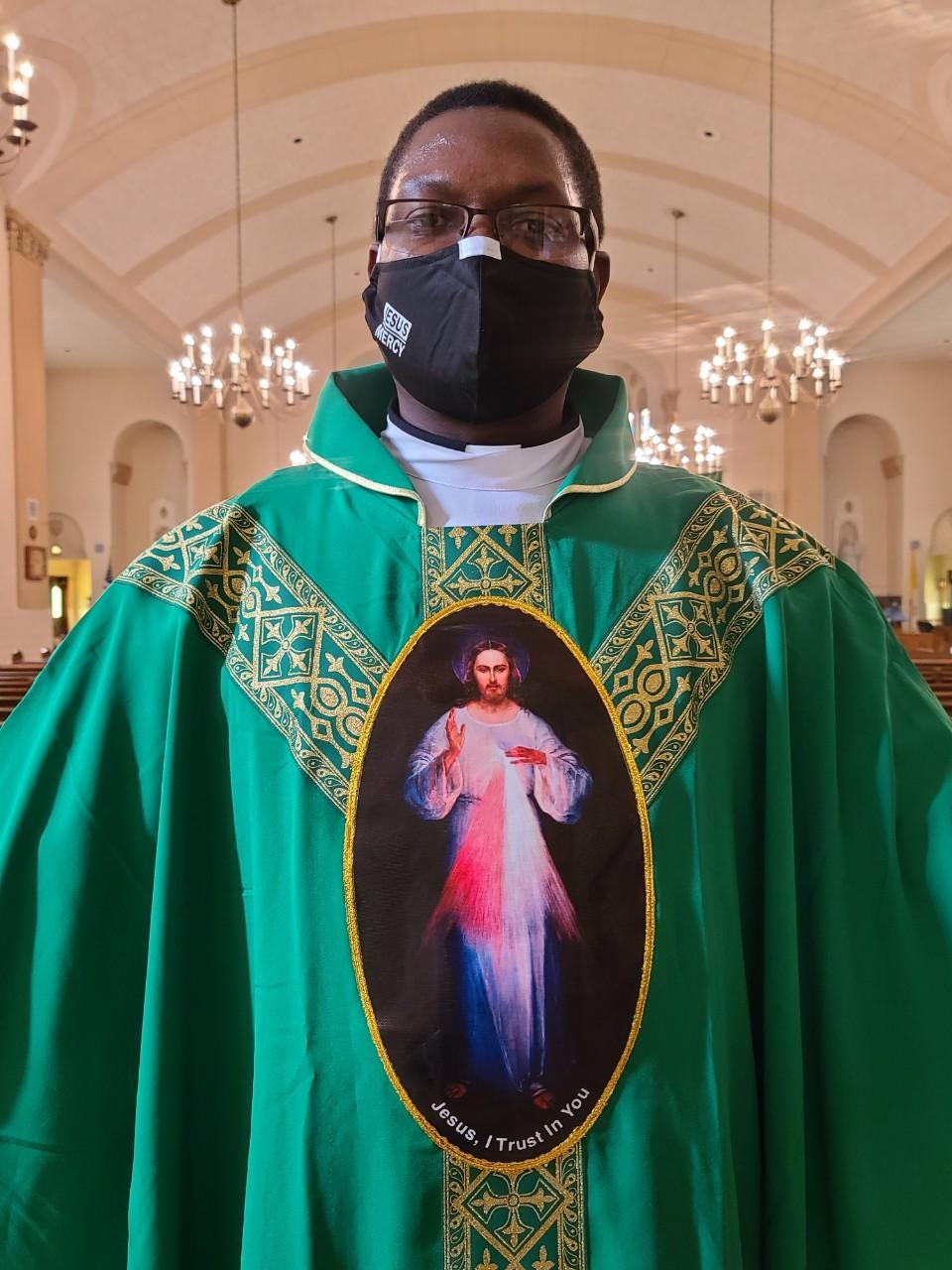 DIVINE MERCY GREEN VESTMENT 14