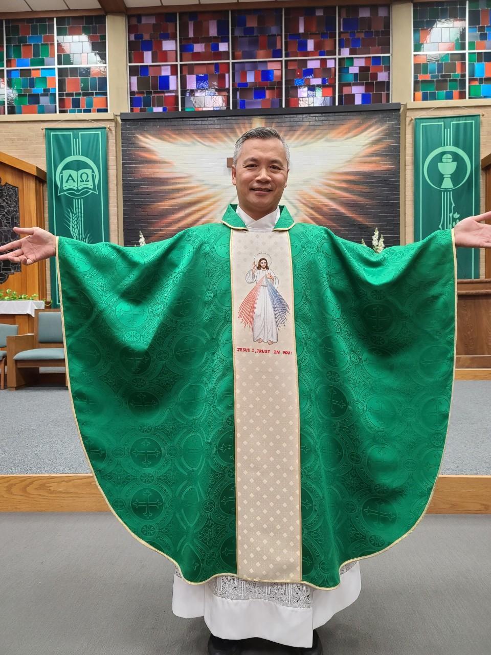 DIVINE MERCY GREEN VESTMENT